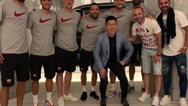 El emotivo reencuentro de Iniesta y sus ex compañeros de Barcelona