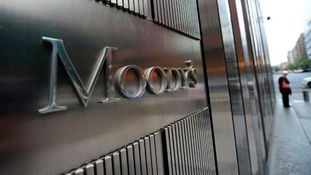 Moody's cambia de estable a negativa la perspectiva de riesgo de deuda de la Argentina