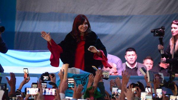 Cristina Kirchner potencia su campaña literaria y se muestra con sus nuevos aliados
