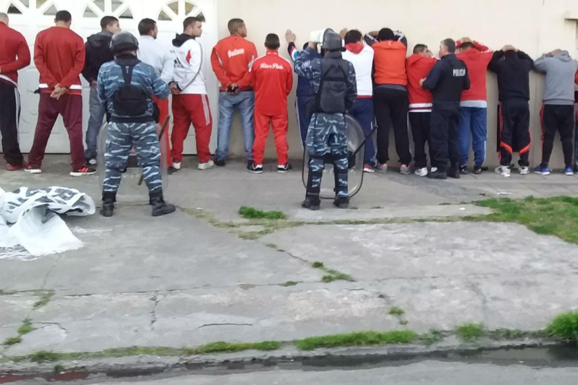 Armas, cuchillos, facas y alcohol: 51 detenidos de la barra de River e incidentes antes del partido con Godoy Cruz