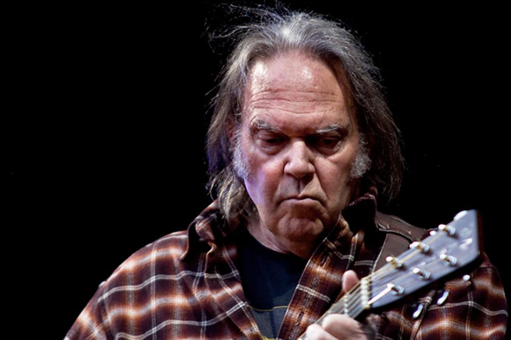 Neil Young pide ayuda a sus seguidores para publicar sus archivos