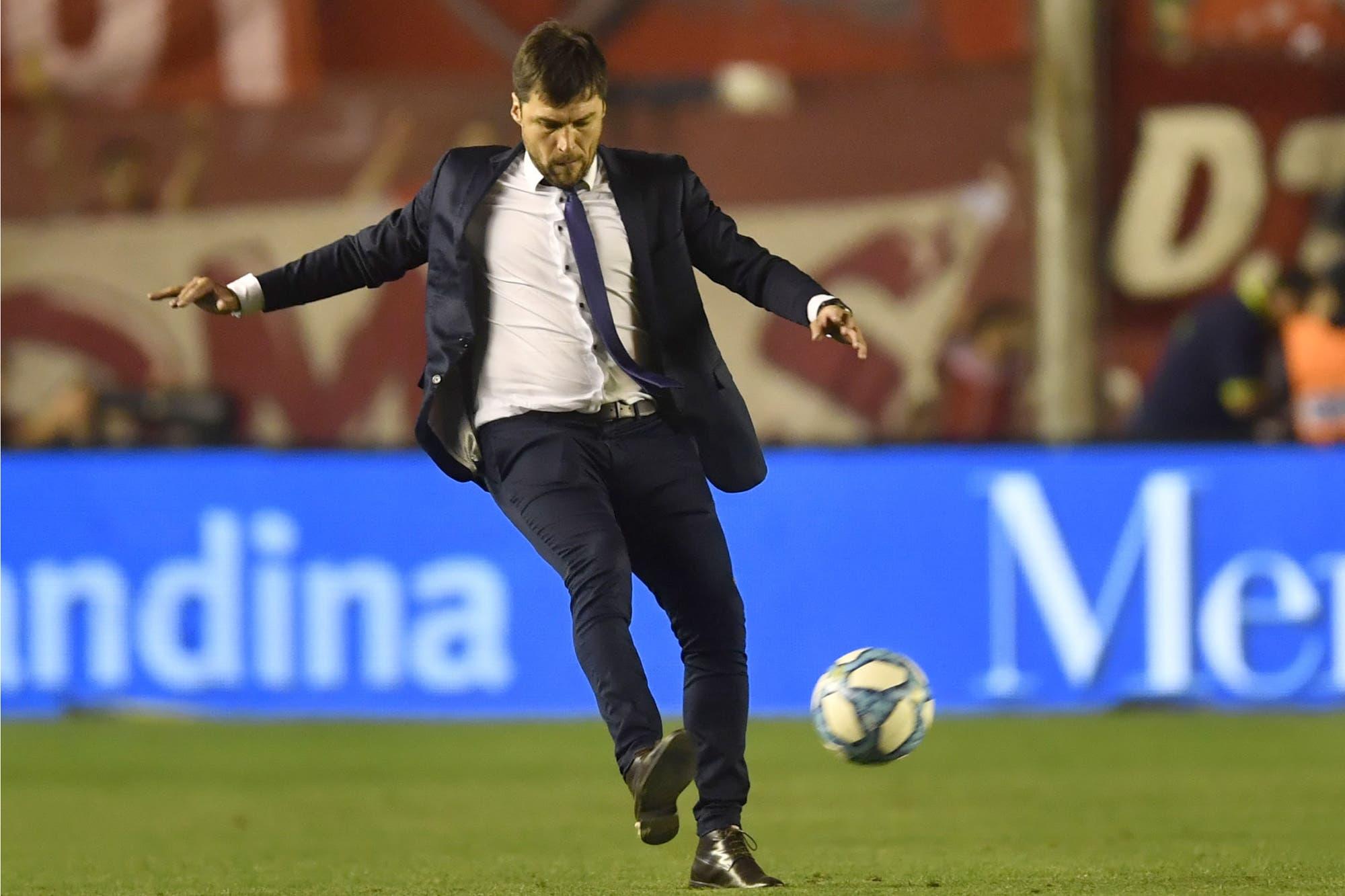 """Duro, pero no tanto: Alexander Medina, el """"Cacique"""" que dirige a Talleres"""