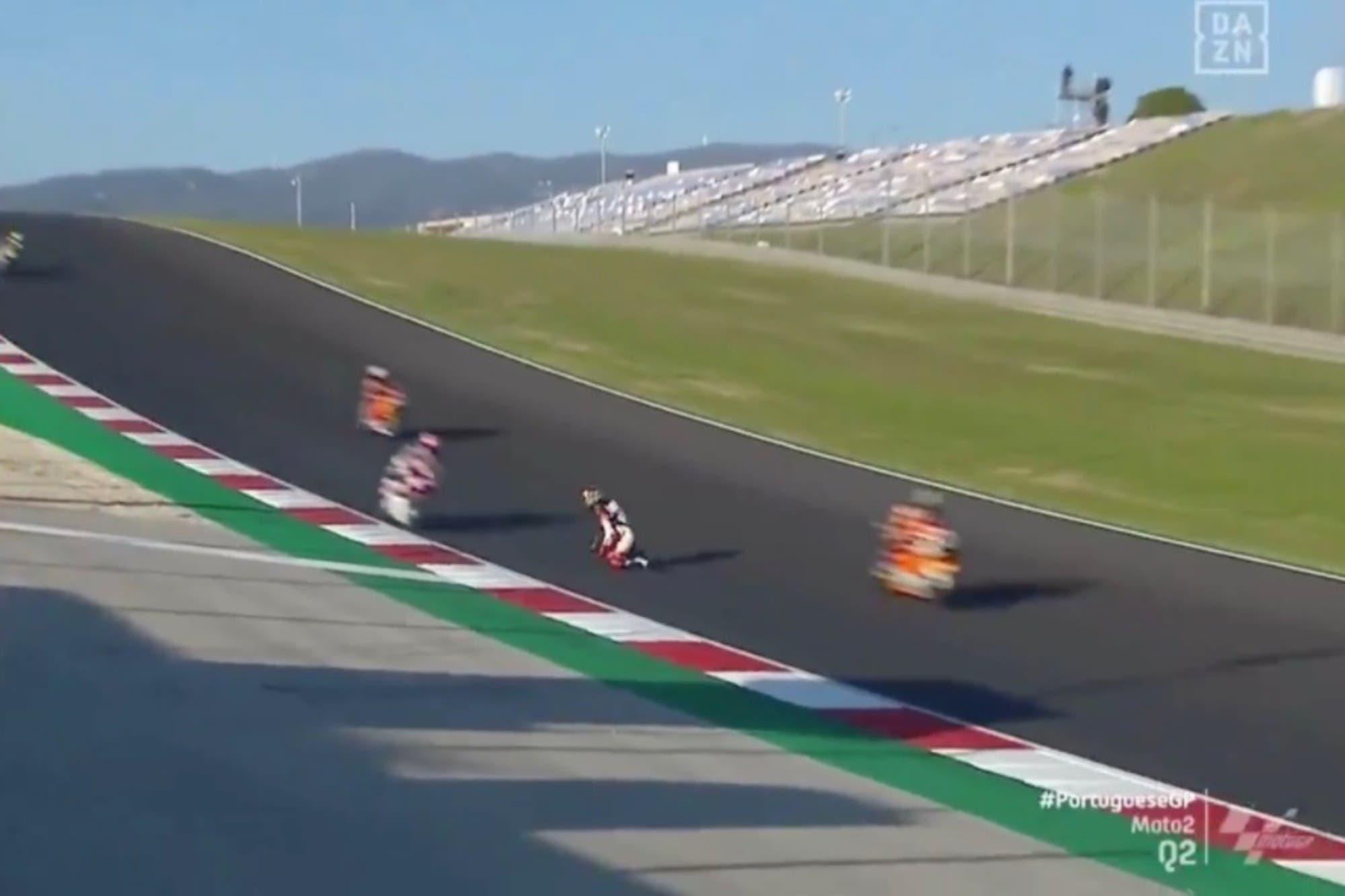 Moto2: Arón Canet quedó arrodillado en el medio de la pista y sus reflejos le salvaron la vida en el Gran Premio de Portugal