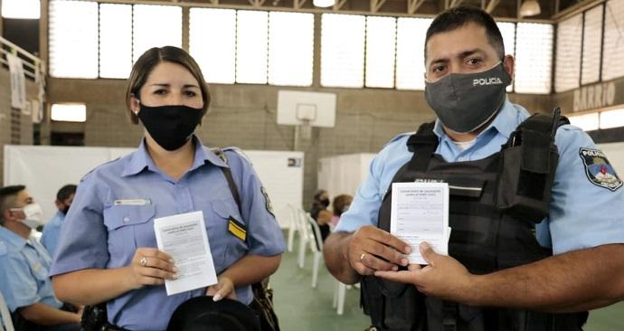 ahora-empezaron-a-vacunar-a-la-policia:-preven-llegar-a-750-integrantes-de-la-fuerza