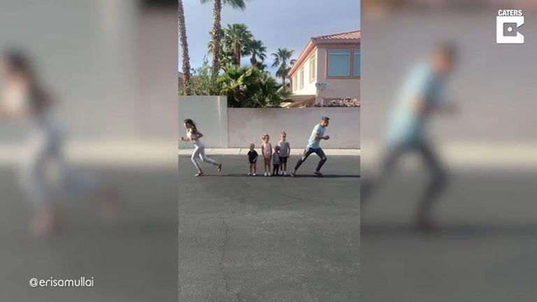 ¿papa-o-mama?:-estos-padres-corren-en-direcciones-opuestas-para-ver-a-quien-eligen-sus-hijos