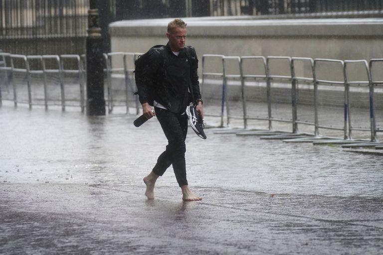 londinenses-limpian-casas-y-calles-tras-inundaciones